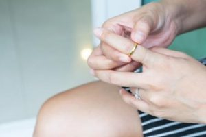 HOW TO REMOVE THE RING FROM THE SWOLLEN FINGER