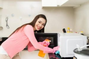 Cleaning the microwave without additional improvised means